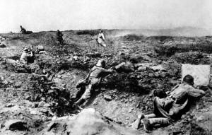 Soldados franceses atacam alemães durante a Primeira Guerra Mundial. Foto de 1917.