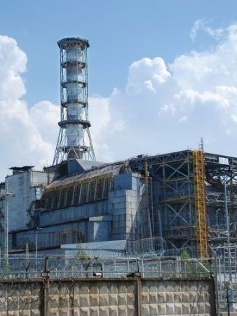 """Usina Nuclear de Chernobyl, na Ucrânia. Observe o """"sarcófago"""" de concreto construído para conter a radiação. Foto: Tinta / Shutterstock.com"""