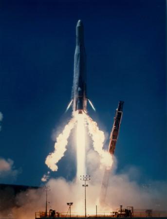Alguns foguetes de lançamento, como o Atlas-E/-F utilizam combustíveis sólidos. Foto: Marinha Americana / via Wikimedia Commons