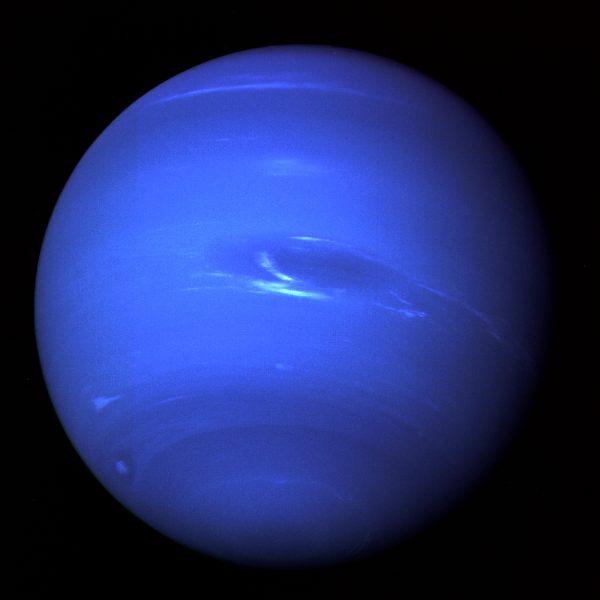 Netuno, em fotografia de 1989 feita pela sonda espacial Voyager 2. Crédito: NASA.