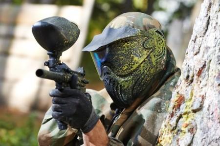 Jogador com marcadora de paintball. Foto: Dmitry Kalinovsky / Shutterstock.com
