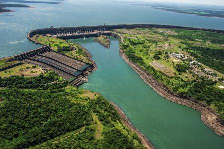 Usina hidrelétrica de Itaipu, no Rio Paraná, fronteira entre o Brasil e Paraguai. Foto: Mykola Gomeniuk / Shutterstock.com