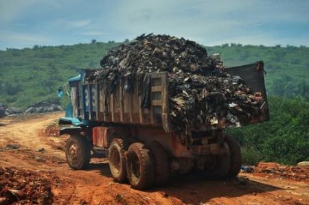 Caminhão movimentando lixo em um aterro sanitário. Foto: Jaggat Rashidi / Shutterstock.com