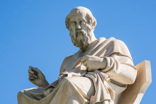 Estátua de Platão, em Atenas, Grécia. Foto: markara / Shutterstock.com
