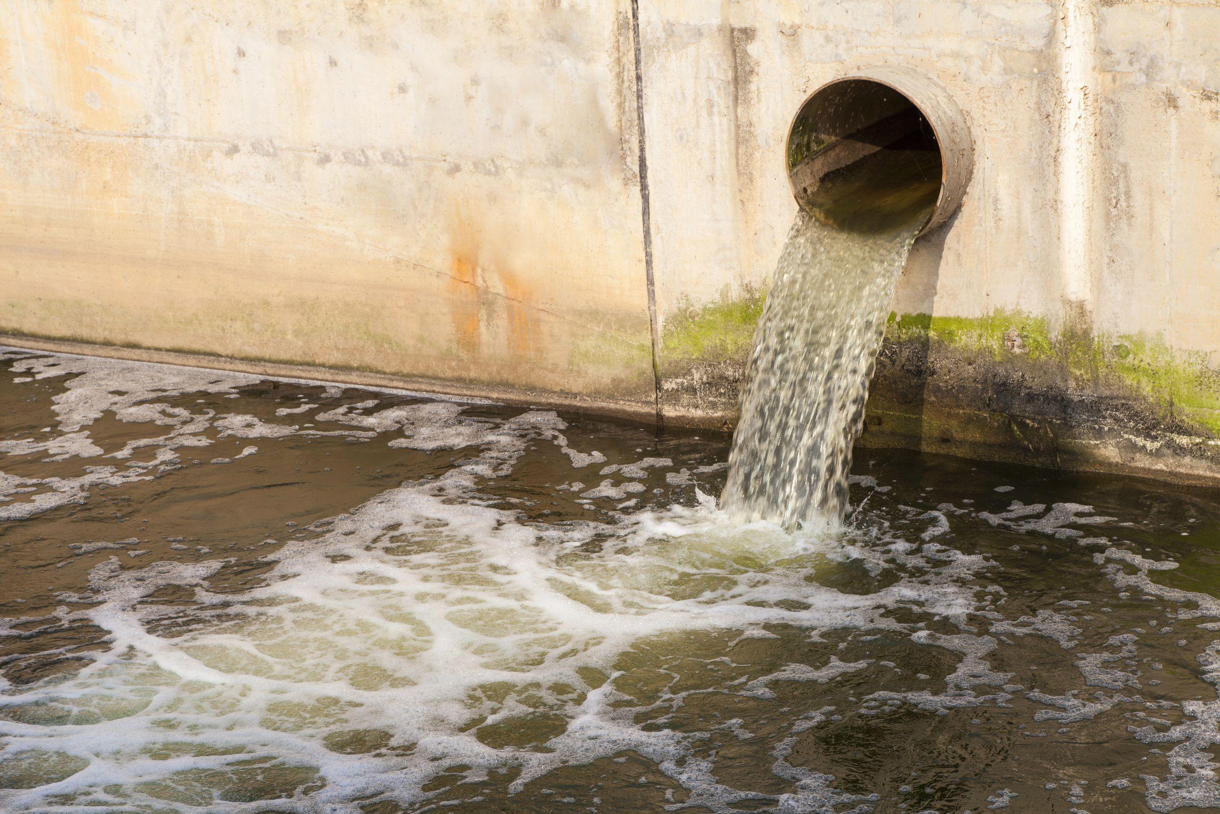 A falta de saneamento básico é um dos problemas mais graves nas grandes periferias do Brasil. Foto: koosen / Shutterstock.com