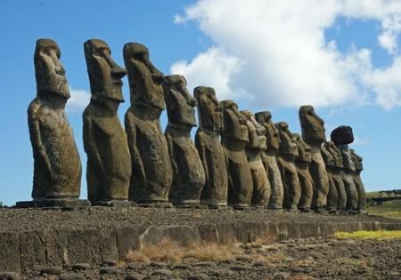 Fileira de Moais na Ilha de Páscoa. Foto: niall dunne / Shutterstock.com