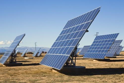 Painéis fotovoltaicos. Foto: Vibe Images / Shutterstock.com