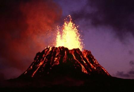 Foto de um vulcão em erupção.