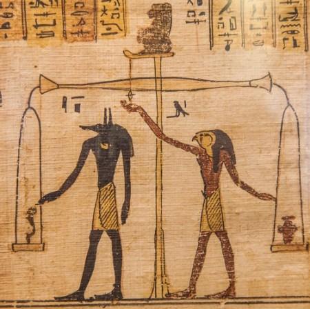 Ilustração do momento em que Anubis (esquerda) faz a pesagem do coração de alguém que morreu. Foto: PerseoMedusa / Shutterstock.com