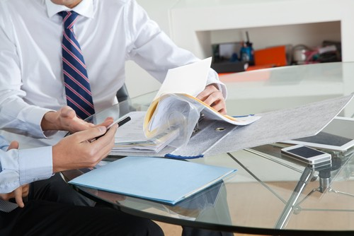 Administrador lendo relatório.