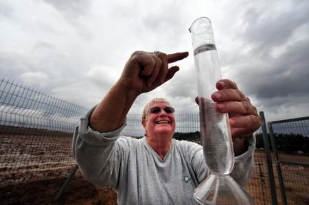 Meteorologista confere nível de água em medidor. Foto: ChameleonsEye / Shutterstock.com