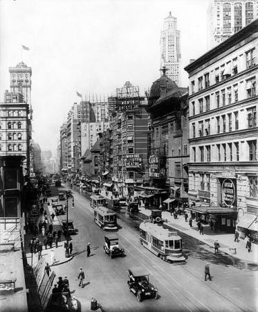 Broadway, 1920. Foto: American Studio, N.Y. [Public domain], via Wikimedia Commons