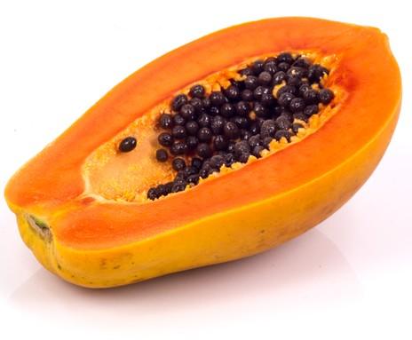 Mamão, fruto simples. Foto: chevanon / Shutterstock.com