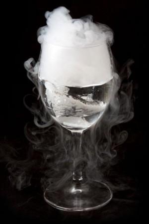 Gelo seco sublimando. Foto: Ratthaphong Ekariyasap / Shutterstock.com