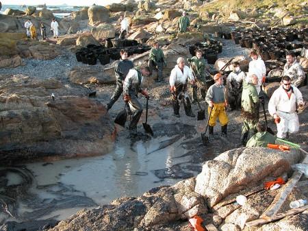 Vazamento de petróleo do navio Prestige (2002). Foto: Adela Leiro (http://www.panoramio.com/photo/82861030) [CC-BY-SA-3.0], via Wikimedia Commons
