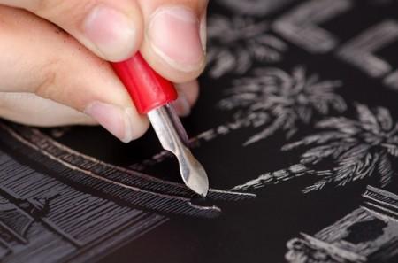 Artista gravando chapa metálica. Foto: Valeriy Kondratenko / Shutterstock.com