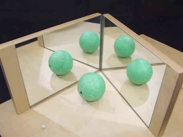Figura 5 – Ilustra a associação de dois espelhos com um determinado ângulo. Imagem: http://www.dma.uem.br/matemativa/conteudo/exposicao/simetrias/ frisos_rosetas/2_espelhos_articulados/s08_15.JPG