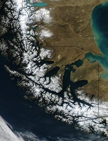 Estreito de Magalhães, localizado no extremo sul das Américas. Foto: Jacques Descloitres / NASA.