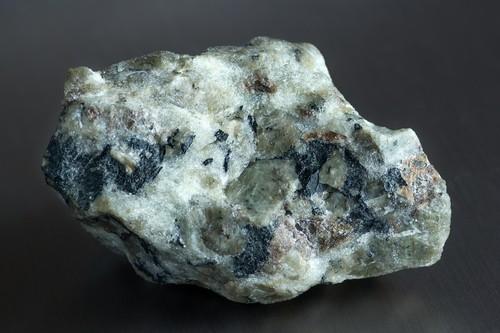 Apatita, um mineral rico em fósforo. Foto: Aleksandr Pobedimskiy / Shutterstock.com