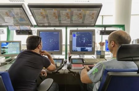 Controladores de tráfego aéreo. Foto: Angelo Giampiccolo / Shutterstock.com