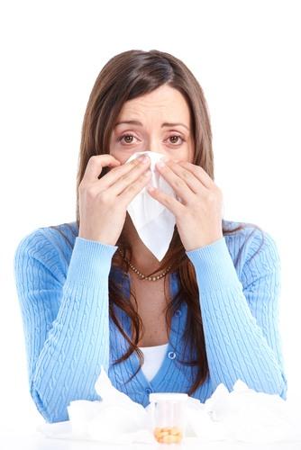 Mulher com gripe comum.