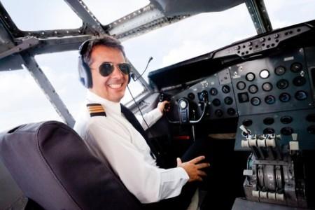Piloto de avião. Foto: Andresr / Shutterstock.com