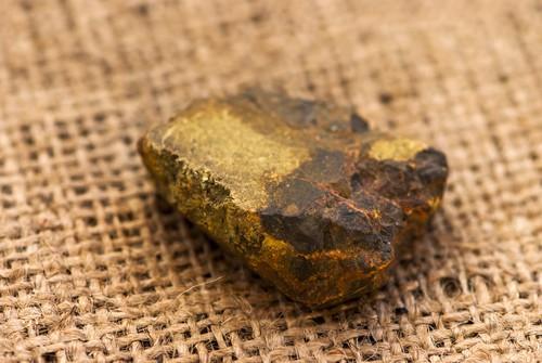 Mineral contendo cristais de arsênio. Foto: Cartela / Shutterstock.com