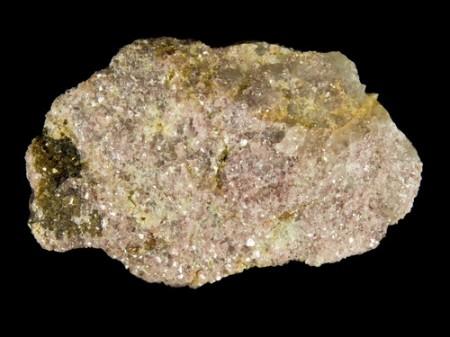 Lepidolita, rocha da qual o lítio é extraído. Foto: Zbynek Burival / Shutterstock.com