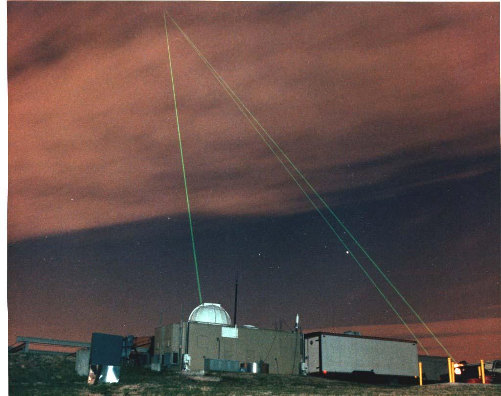 Lasers são utilizados para ajustar a precisão de telescópios de observatórios espaciais. O laser, emitido pelo observatório, é refletido por espelhos deixados na Lua durante as missões Apollo. Foto: NASA