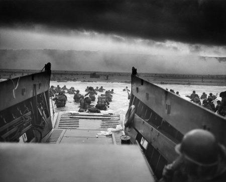 Soldados americanos desembarcam em uma praia na região da Normandia, França, na manhã de 06/06/1944.