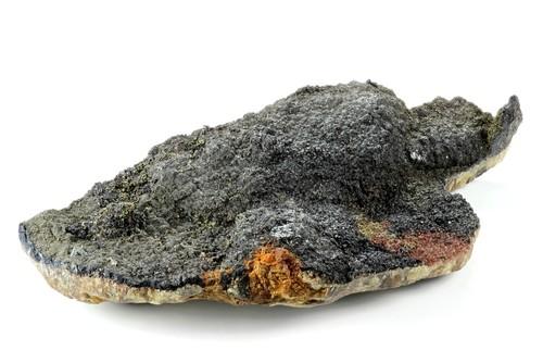 Uraninita, mineral que possui urânio em sua composição. Foto: Bjoern Wylezich / Shutterstock.com