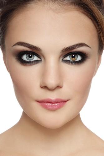 Heterocromia ocorre quando os dois olhos possuem cores diferentes, ou a presença de duas cores na mesma íris. Foto: Olga Ekaterincheva / Shutterstock.com