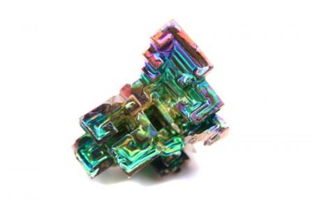 Cristal de bismuto, com uma leve camada de oxidação, produzindo este efeito peculiar. Foto: Jiri Vaclavek / Shutterstock.com