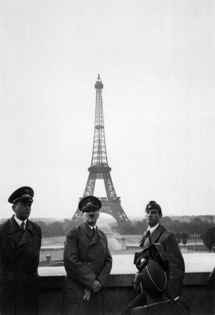 Hitler posa para fotografia em frente à Torre Eiffel, no centro de Paris. Foto: via Wikimedia Commons