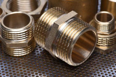 Peças de latão para encanamentos. Foto: Flegere / Shutterstock.com