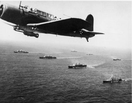 """Bombardeiro """"Vought SB2U Vindicator"""" sobrevoa frota americana em busca de submarinos alemães no oceano Atlântico (27/nov/1941). Foto:  Marinha Americana / via Wikimedia Commons"""
