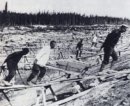 Prisioneiros do Gulag trabalhando na construção do canal Mar Branco-Báltico, 1932. Foto: Wikimedia Commons