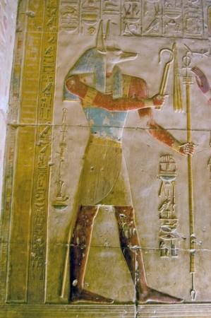 Deus egípcio Anúbis, retratado em parede do templo Abydos, Egito. Foto: BasPhoto / Shutterstock.com