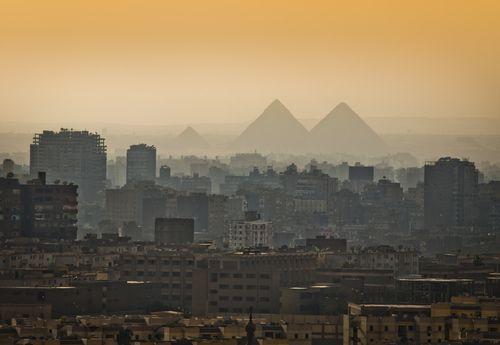 Pirâmides do Egito, vistas da cidade do Cairo. Foto: Jason Benz Bennee / Shutterstock.com