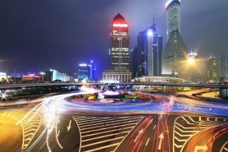 Fotografia de avenida movimentada, utilizando longa exposição. Foto: ArtisticPhoto / Shutterstock.com