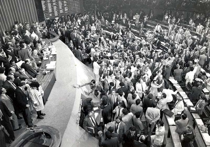 Assembleia Constituinte de 1988. Foto: Agência Brasil [CC-BY-3.0-br (http://creativecommons.org/licenses/by/3.0/br/deed.en)], via Wikimedia Commons