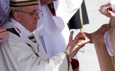 Papa Francisco recebendo o Anel do Pescador.