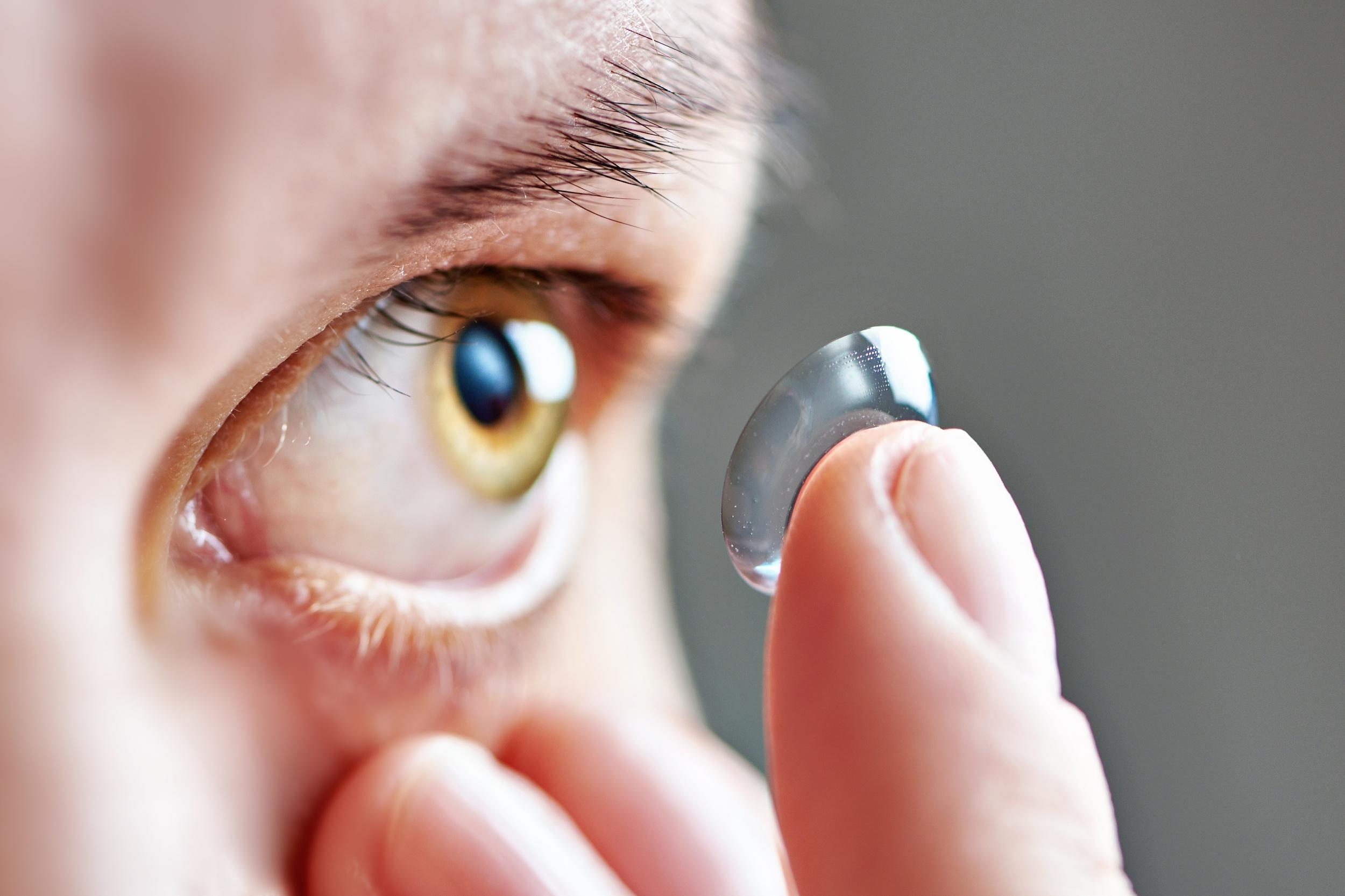 95428db986e8e Mulher colocando lente de contato. Foto  Sergey Ryzhov   Shutterstock.com