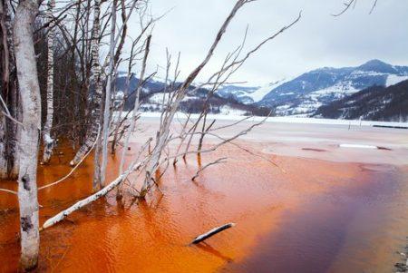 Resíduos da atividade de mineração geralmente escorrem para os rios. Foto: Angyalosi Beata / Shutterstock.com