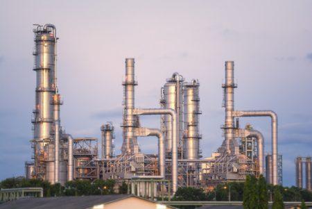 Torres de destilação de petróleo em uma refinaria. Foto: Golf_chalermchai / Shutterstock.com