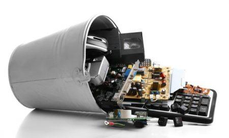 Lixo eletrônico também pode ser reciclado. Foto: Africa Studio / Shutterstock.com