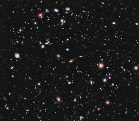 Montagem feita pela NASA com fotos tiradas pelo telescópio Hubble ao longo de dez anos. Apenas nessa imagem existem milhares de galáxias, com milhões de estrelas e planetas. (Foto: NASA).