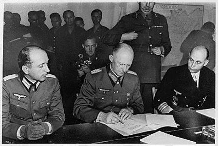 General nazista Alfred Jodl assina a rendição da Alemanha, colocando fim à Segunda Guerra Mundial, em 7 de maio de 1945. Foto: Biblioteca Franklin D. Roosevelt / via Wikimedia Commons
